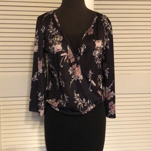 Tops - Wrap top. Sursplice top floral